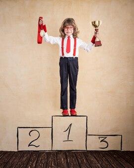 Portrait de jeune homme d'affaires au bureau. concept de réussite, de créativité et d'innovation