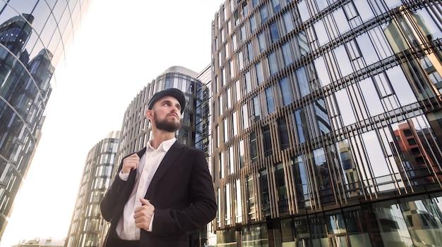 Portrait jeune homme d'affaires confiant avec barbe