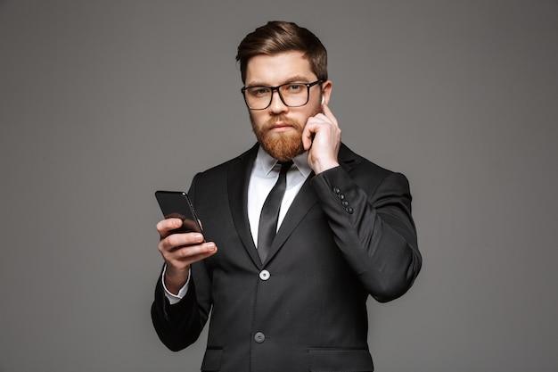 Portrait d'un jeune homme d'affaires confiant dans les écouteurs