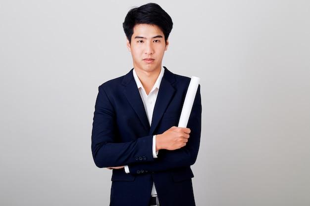 Portrait jeune d'homme d'affaires sur fond gris