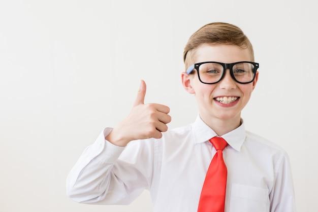 Portrait de jeune homme d'affaires de garçon dans une chemise et à lunettes. adolescent réussi sur fond blanc