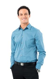 Portrait de jeune homme d'affaires heureux avec les mains dans la poche
