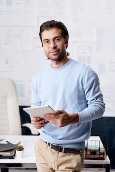 Portrait de jeune homme d'affaires moderne