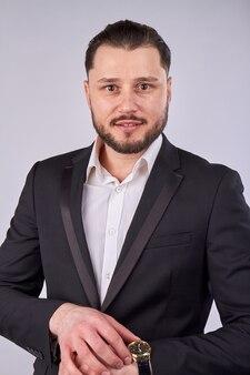 Portrait de jeune homme d'affaires avec montre à main de luxe