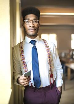 Portrait d'un jeune homme d'affaires prospère au bureau