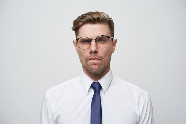 Portrait de jeune homme d'affaires à la recherche suspecte