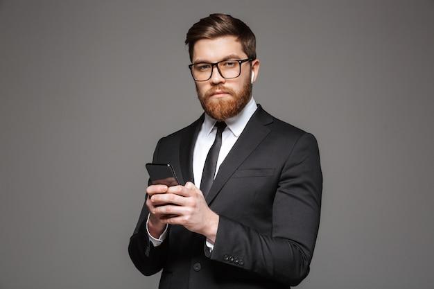 Portrait d'un jeune homme d'affaires sérieux dans les écouteurs