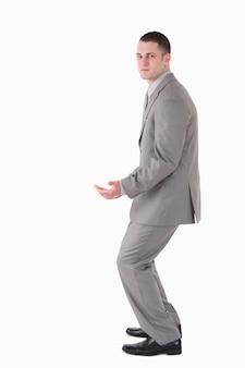 Portrait d'un jeune homme d'affaires transportant quelque chose