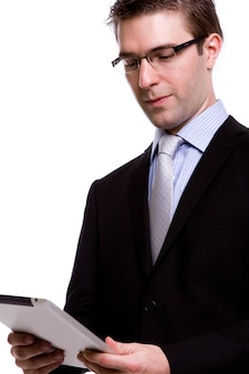 Portrait de jeune homme d'affaires en utilisant à nouveau un appareil à écran tactile