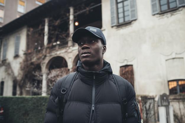 Portrait de jeune homme africain debout seul et regardant plus loin