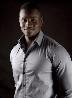 Portrait d'un jeune homme africain sur fond noir