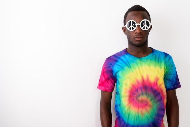 Portrait de jeune homme africain hippie portant des lunettes de soleil avec signe de paix