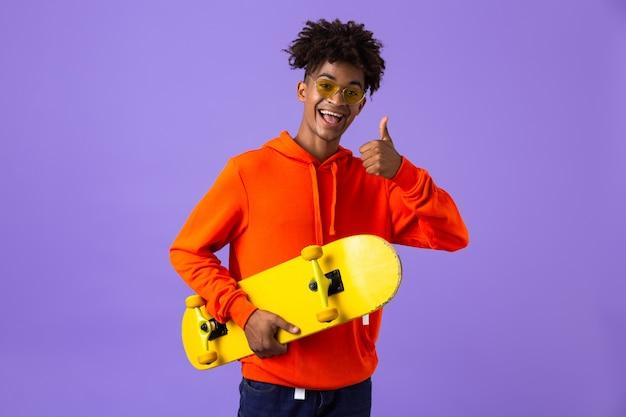 Portrait d'un jeune homme africain joyeux