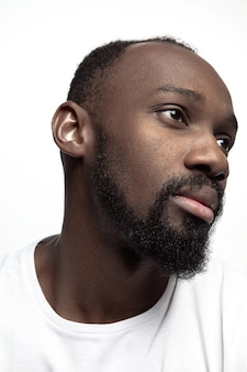 Portrait d'un jeune homme africain sérieux au studio.