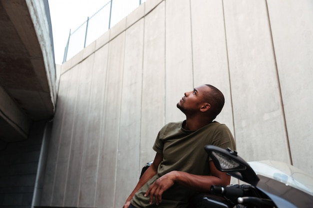 Portrait d'un jeune homme afro-américain concentré