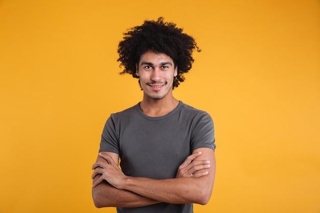 Portrait d'un jeune homme afro-américain confiant