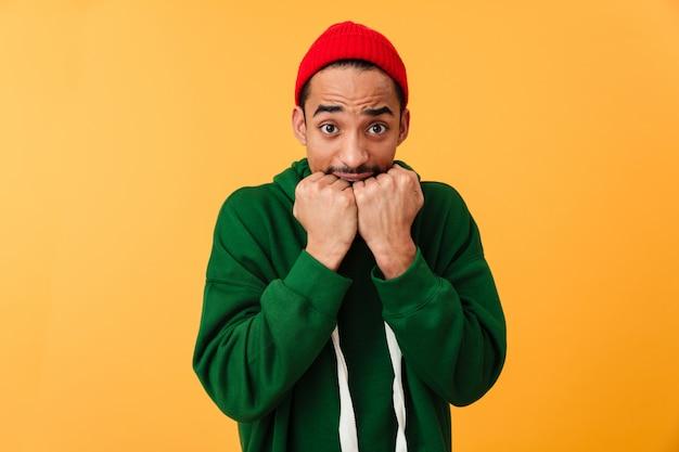 Portrait d'un jeune homme afro-américain effrayé avec chapeau