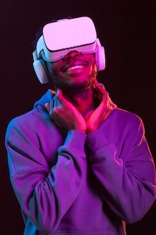 Portrait jeune homme afro-américain avec des lunettes vr