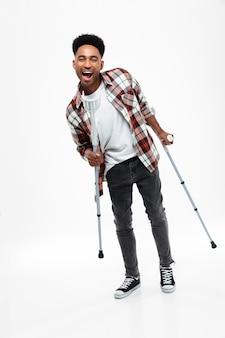 Portrait d'un jeune homme afro-américain souriant