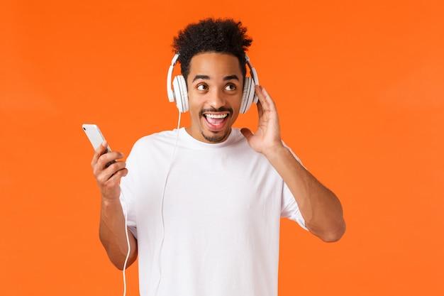 Portrait jeune homme afro-américain en t-shirt blanc montrant le geste.