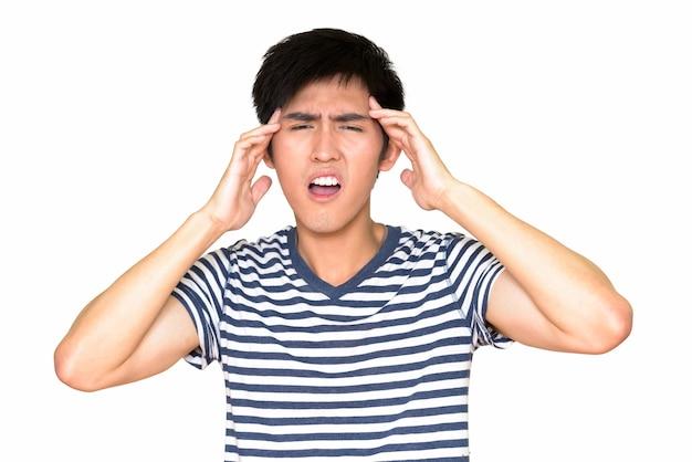 Portrait de jeune homme asiatique ayant mal à la tête