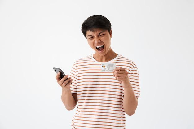 Portrait d'un jeune homme asiatique en colère criant