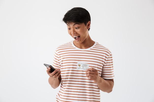 Portrait d'un jeune homme asiatique excité célébrant
