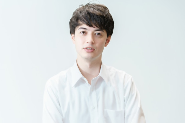 Portrait de jeune homme asiatique et fond blanc