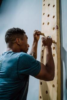 Portrait de jeune homme athlétique travaillant à la salle de gym