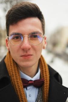 Portrait jeune homme au look urbain à new york.