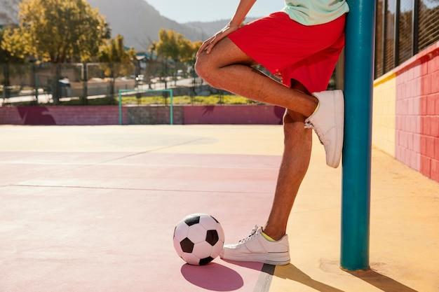 Portrait jeune homme avec ballon de football