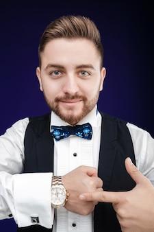 Portrait de jeune homme à la barbe montre à regarder