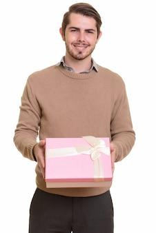 Portrait de jeune homme barbu beau prêt pour la saint-valentin