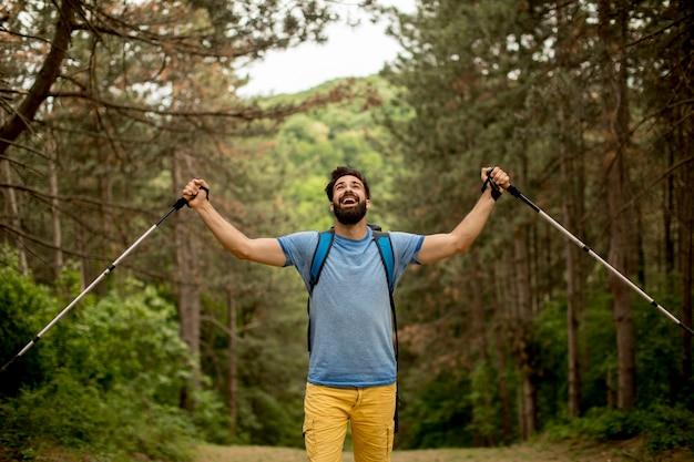 Portrait de jeune homme barbu randonnée seul sur la montagne
