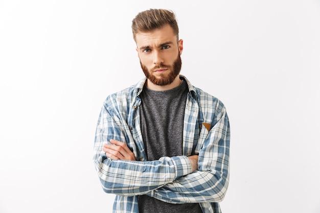 Portrait d'un jeune homme barbu sérieux