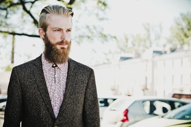 Portrait de jeune homme beau à la mode