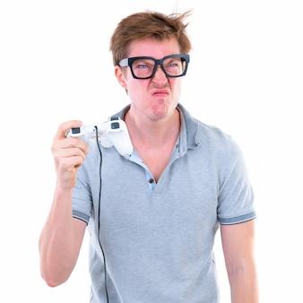 Portrait de jeune homme beau nerd scandinave portant des lunettes isolés contre le mur blanc