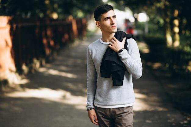 Portrait d'un jeune homme beau