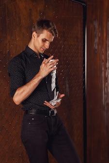 Portrait de jeune homme avec des cartes de jeu à la porte
