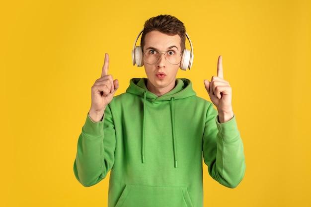 Portrait de jeune homme caucasien isolé sur mur jaune