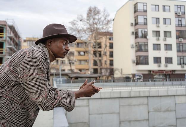 Portrait jeune homme avec chapeau
