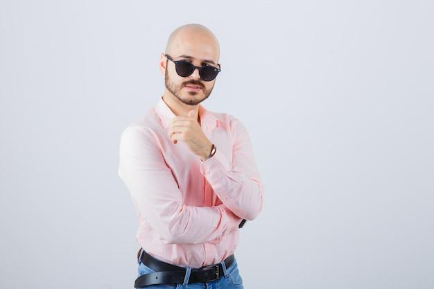 Portrait d'un jeune homme confiant