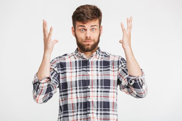 Portrait d'un jeune homme confus en chemise à carreaux