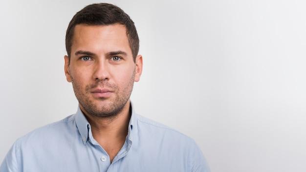 Portrait de jeune homme avec copie-espace