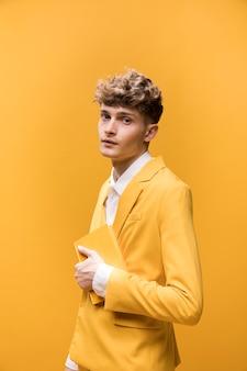 Portrait d'un jeune homme dans une scène jaune