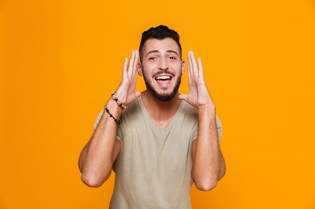 Portrait d'un jeune homme décontracté heureux