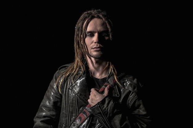 Portrait de jeune homme avec des dreadlocks sur fond noir