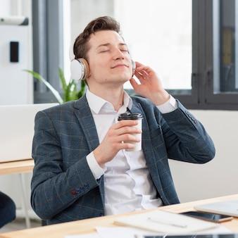 Portrait de jeune homme écoutant de la musique