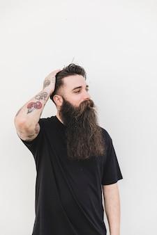 Portrait d'un jeune homme élégant ayant un tatouage sur sa main