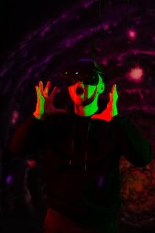 Portrait d'un jeune homme émotionnel portant des lunettes de réalité virtuelle 3d vr